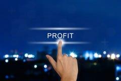 Ωθώντας κουμπί κέρδους χεριών στην οθόνη αφής Στοκ φωτογραφίες με δικαίωμα ελεύθερης χρήσης