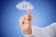 Ωθώντας κουμπί κλειδαριών δάχτυλων στο εικονίδιο σύννεφων πέρα από το μπλε Στοκ Φωτογραφίες