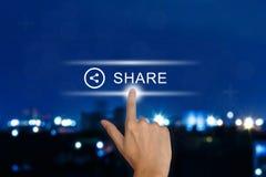 Ωθώντας κουμπί μεριδίου χεριών στην οθόνη αφής Στοκ εικόνα με δικαίωμα ελεύθερης χρήσης