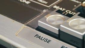 Ωθώντας κουμπί μικρής διακοπής σε ένα εκλεκτής ποιότητας όργανο καταγραφής ταινιών απόθεμα βίντεο