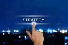 Ωθώντας κουμπί στρατηγικής χεριών στην οθόνη αφής Στοκ Εικόνες