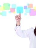 Ωθώντας κουμπί χεριών σε μια οθόνη αφής Στοκ φωτογραφίες με δικαίωμα ελεύθερης χρήσης