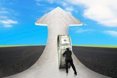 Ωθώντας κύκλος χρημάτων επιχειρηματιών στο μαρμάρινο δρόμο βελών με τον ουρανό Στοκ φωτογραφίες με δικαίωμα ελεύθερης χρήσης