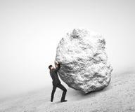 Ωθώντας πέτρα επιχειρηματιών Στοκ Εικόνες