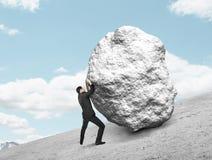 Ωθώντας πέτρα επιχειρηματιών Στοκ εικόνα με δικαίωμα ελεύθερης χρήσης