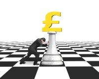 Ωθώντας σκάκι χρημάτων ατόμων του χρυσού νομίσματος λιβρών Στοκ φωτογραφία με δικαίωμα ελεύθερης χρήσης