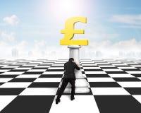 Ωθώντας σκάκι χρημάτων ατόμων του χρυσού νομίσματος λιβρών Στοκ Εικόνα