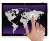 ωθώντας ταμπλέτα PC χεριών κ&omicr Στοκ φωτογραφία με δικαίωμα ελεύθερης χρήσης
