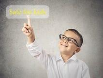 Ωθώντας χρηματοκιβώτιο παιδιών για το κουμπί παιδιών στοκ εικόνα με δικαίωμα ελεύθερης χρήσης