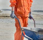 Ωθώντας wheelbarrow εργαζομένων Στοκ φωτογραφία με δικαίωμα ελεύθερης χρήσης