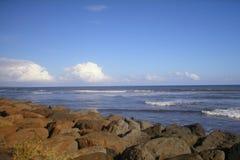 Ωκεάνια άποψη από τη δύσκολη ακτή στοκ εικόνες
