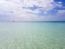 ωκεάνια, άσπρη άποψη τοπίων χαλάρωσης φωτός της ημέρας ήλιων άμμου μπλε ουρανού παραλιών για την κάρτα και το ημερολόγιο σχεδίου στοκ φωτογραφίες