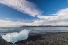 Ωκεάνια ακτή με το παγόβουνο κοντά στη λιμνοθάλασσα Jokulsarlon, Ισλανδία Στοκ Εικόνες