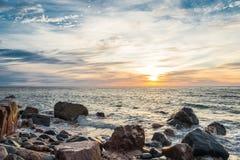 Ωκεάνια ακτή στην ανατολή Στοκ εικόνα με δικαίωμα ελεύθερης χρήσης