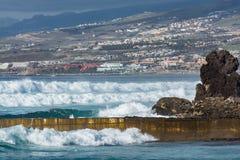 Ωκεάνια ακτή στο τουριστικό θέρετρο Playa de las Αμερική, Tenerif Στοκ φωτογραφία με δικαίωμα ελεύθερης χρήσης