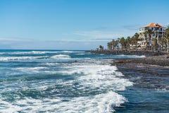 Ωκεάνια ακτή στο τουριστικό θέρετρο Playa de las Αμερική, Tenerif Στοκ φωτογραφίες με δικαίωμα ελεύθερης χρήσης