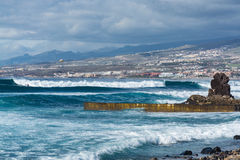 Ωκεάνια ακτή στο τουριστικό θέρετρο Playa de las Αμερική, Tenerif Στοκ εικόνες με δικαίωμα ελεύθερης χρήσης