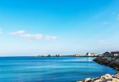 Ωκεάνια αποβάθρα άποψης και πετρών, κτήρια και πέτρες στην ακτή Στοκ Εικόνα