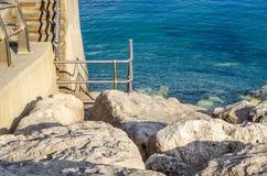 Ωκεάνια αποβάθρα άποψης και πετρών, μεγάλες πέτρες στην ακτή Στοκ φωτογραφία με δικαίωμα ελεύθερης χρήσης