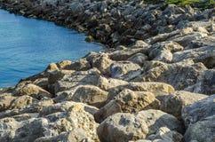 Ωκεάνια αποβάθρα άποψης και πετρών, μεγάλες πέτρες στην ακτή Στοκ Φωτογραφία