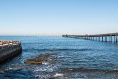 Ωκεάνια αποβάθρα αλιείας παραλιών με το δύσκολο σκόπελο στο Σαν Ντιέγκο Στοκ εικόνα με δικαίωμα ελεύθερης χρήσης