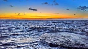 Ωκεάνια αποβάθρα ενάντια σε έναν ουρανό ηλιοβασιλέματος Στοκ Φωτογραφίες