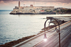 Ωκεάνια αυγή οδικών πεζοδρομίων λαμπτήρων φρουρίων EL Morro άποψης Malecon αναχωμάτων στοκ εικόνες