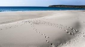 Ωκεάνια βουνά ερήμων άμμου μπλε ουρανού θερινών ήλιων Στοκ φωτογραφία με δικαίωμα ελεύθερης χρήσης