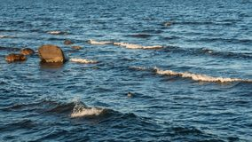 Ωκεάνια επιφάνεια και βράχοι κυμάτων Στοκ Εικόνες