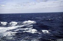 ωκεάνια κύματα κυμάτων πρώτου πλάνου εστίασης Στοκ Εικόνα