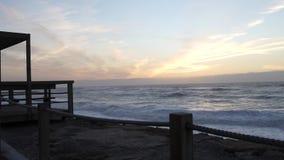 Ωκεάνια κύματα με τον άσπρο αφρό που συντρίβει από την ακτή το βράδυ με τον όμορφο ουρανό Παραλία Vagueira στο Αβέιρο, Πορτογαλία απόθεμα βίντεο