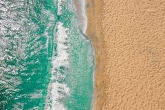Ωκεάνια κύματα παραλιών ακτών με τον αφρό στην άμμο Τοπ άποψη από τον κηφήνα στοκ εικόνα