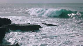 Ωκεάνια κύματα που σπάζουν στο βράχο φιλμ μικρού μήκους