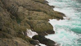 Ωκεάνια κύματα που συντρίβονται ενάντια στη δύσκολη ακτή Άσπρος αφρός θάλασσας που στάζει στους βράχους απόθεμα βίντεο