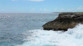 Ωκεάνια κύματα που συντρίβουν την ακτή απόθεμα βίντεο