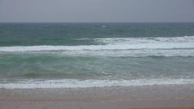 Ωκεάνια κύματα στην παράκτια παραλία απόθεμα βίντεο