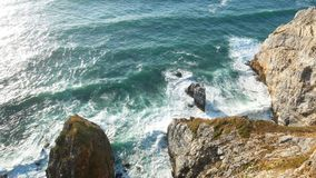 Ωκεάνια πέτρα κυμάτων απότομων βράχων απόθεμα βίντεο