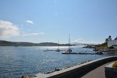 Ωκεάνια πλευρά με τα βουνά και τον όμορφους ουρανό και τη γέφυρα ως υπόβαθρο Στοκ Εικόνες