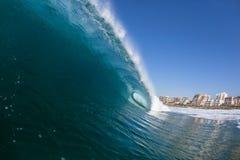 Ωκεάνια συντρίβοντας διαμερίσματα νερού κυμάτων Στοκ εικόνες με δικαίωμα ελεύθερης χρήσης