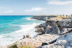 Ωκεάνιοι απότομοι βράχοι που αγνοούν τις Καραϊβικές Θάλασσες στη Isla Mujeres στοκ φωτογραφίες