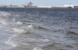 Ωκεάνιοι διακόπτες στην ακτή Στοκ φωτογραφία με δικαίωμα ελεύθερης χρήσης