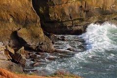 Ωκεάνιοι κύματα και απότομοι βράχοι Στοκ Εικόνες