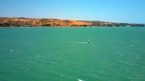 Ωκεάνιοι λόφοι κυμάτων κυματωγών Windsurfer με το foamy ίχνος απόθεμα βίντεο