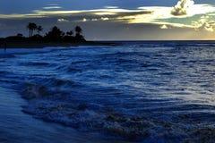 Ωκεάνιοι ουρανός νησιών κυμάτων και φοίνικες σύννεφων Στοκ εικόνες με δικαίωμα ελεύθερης χρήσης