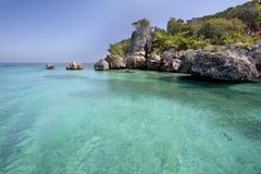 Ωκεάνια ακτή με το βράχο Στοκ εικόνες με δικαίωμα ελεύθερης χρήσης