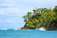 Ωκεάνιος και δασικός απότομος βράχος Manuel Antonio Κόστα Ρίκα Στοκ φωτογραφία με δικαίωμα ελεύθερης χρήσης