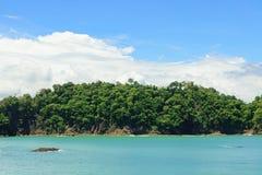 Ωκεάνιος και δασικός απότομος βράχος Manuel Antonio Κόστα Ρίκα Στοκ φωτογραφίες με δικαίωμα ελεύθερης χρήσης