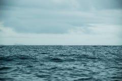 Ωκεάνιος και νεφελώδης ουρανός θάλασσας τοπίων κατά τη διάρκεια Στοκ φωτογραφίες με δικαίωμα ελεύθερης χρήσης