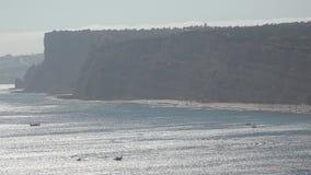 Ωκεάνιος κόλπος και μουντός καιρός απότομων βράχων φιλμ μικρού μήκους
