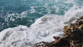 Ωκεάνιος παφλασμός κυμάτων στο βίντεο σκοπέλων απόθεμα βίντεο